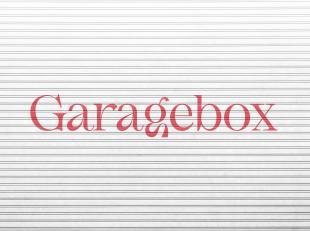 Deze gesloten garagebox is gelegen net buiten centrum Brugge, vlakbij het treinstation. De garage maakt deel uit van een complex en ligt achter een ap