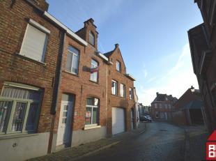Wenst u het centrum van Brugge graag dichtbij huis, maar houdt u toch van de stilte van een rustige straat, dan is deze woning beslist iets voor u.<br