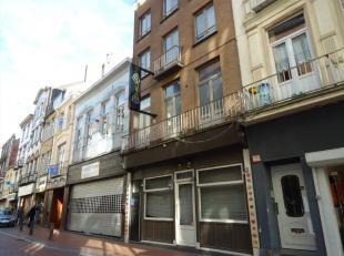 Handelspand met bovengelegen appartement - stadscentrum Commercieel gelegen handelseigendom met woonst in het hart van de badstad.Omvat: een ruime han