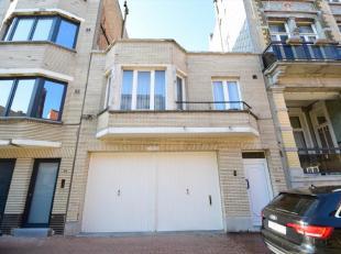 Ruime garage met bovengelegen appNabij de zeedijk ligt deze zeer goed onderhouden eigendom die een grote garage van 108 m² omvat. Op de bovenverd