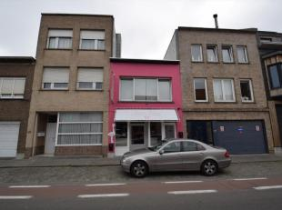 Handelshuis op commerciële liggingDit handelshuis is gelegen op een uitstekende commerciële ligging langs een belangrijke invalsweg te Blank