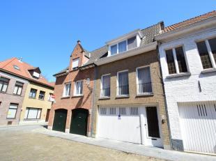 Deze ruime bel-etagewoning is gelegen binnen de groene gordel van Brugge, op een zucht verwijderd van 't Zand.<br /> Op de gelijkvloerse verdieping va