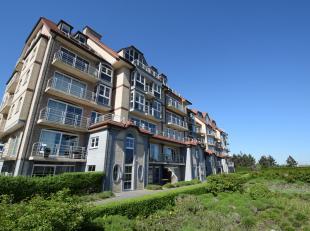 Gelegen op een privaat groendomein ligt dit recent & ruim appartement (verdiep 2, met lift) met gezellig zonneterras.<br /> Vanuit de grote leefru