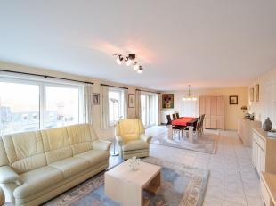 Ruim woonappartement met 3 slaapkamers en autostaanplaats<br /> Net buiten Brugge centrum is dit ruim appartement gelegen in de kleine, goed onderhoud
