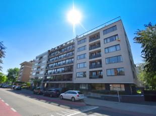 """Net buiten Brugge Centrum vindt u dit ruim appartement, gelegen in de recent gerenoveerde residentie """"de ORCHIDEËN"""". Naast een bewoonbare oppervl"""