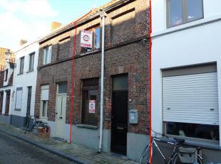 Sympathique maison 2 façade avec terrasse, situé dans un rue calme au centre de Bruges. Toutes facilités accesibles à deux