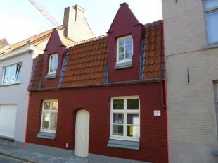 Prachtige rijwoning in het hartje van Brugge vlakbij Begijnhof en Minnewater, bestaande uit:<br /> Glvl.: inkomhal met brede trap, eetruimte, apart ga