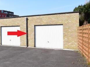 Op wandelafstand van het centrum van Brugge bieden wij u deze ruime (opp. 26m²) garagebox aan.<br /> Afmetingen: 6,80m diepte x 3,80m breedte. In