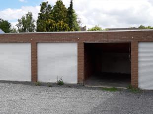 Garage te huur in de Brugse stadsrand nabij de Smedenpoort.<br /> Oppervlakte: 14 m²<br /> Hoogte inrijpoort: 2,15 m<br /> Breedte: 2,28 m<br />