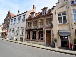 Zeer commercieel en toeristisch gelegen handelsruimte met een oppervlakte van 32 m² en een gewelfde kelder van 17 m² in het hartje van Brugg