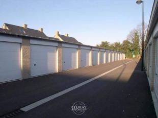 Recente garagebox met geïsoleerd dak en elektrisch bediende sectionale poort met afstandbediening.<br /> Buitenafmetingen: 3,20 m x 5,75 m.<br />