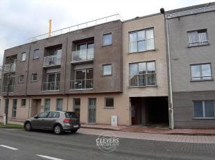 Autostaanplaats nr. 15 op een binnenterrein van een appartementsblok. het terrein is voorzien van een automatische sectionale poort met afstandbedieni