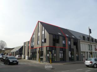 Moderne woning op verdiep bestaande uit:<br /> Glvl.: inkomhal met trap<br /> 1° verd.: gastentoilet met handwasbakje, klare leefruimte (42 m&sup2