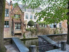 !VRIJ BOD MOGELIJK! In hartje Brugge vinden we deze prachtige herenwoning terug. Deze parel wordt momenteel uitgebaat als B&B met 4 slaapkamers, d