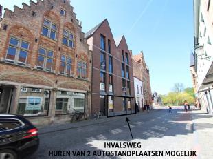 Nieuwbouw handelspand met twee ondergrondse staanplaatsen (150 EUR) te huur op een van de belangrijkste invalswegen van Brugge. Het pand is gelegen in