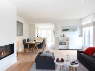 Op een zeer gunstige locatie in hartje Brugge vinden we dit luxueus gerenoveerd appartement terug. De indeling is als volgt. Vooraan het appartement v