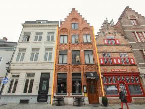U bent op zoek naar een goede investering op een top locatie te Brugge? Liefst met een charmante look? Wij stellen u graag deze trapgevel herenwoning