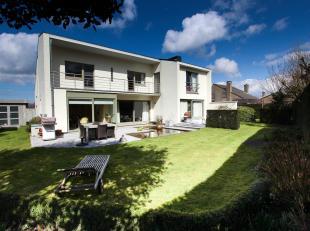 Deze ruime villa met zuidgerichte tuin is ideaal voor wie dichtbij Brugge wenst te wonen op een rustige locatie in een goede buurt.<br /> Via de inkom