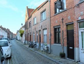 Brugse rijwoning in de Kwekersstraat. De woning is bijzonder centraal gelegen en bestaat uit een inkomhal, een ruime woonkamer met open keuken, een co