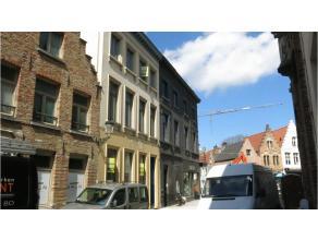 Dit handelspand met 2 wooneenheden is commercieel gelegen in het centrum van Brugge, tussen de twee belangrijkste winkelstraten in Brugge, vlakbij 't
