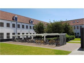 Deze studentenkamer met luxe afwerking, eigen keuken en eigen badkamer is rustig & ideaal gelegen op een unieke locatie in de Brugse binnenstad. G