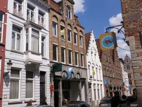 Dit ruim en goed onderhouden 2-slaapkamerappartement is heel centraal gelegen in de Brugse binnenstad, dichtbij winkels en de Markt.Bestaande uit een
