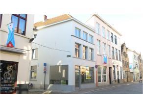 Handelspand met een centrale en commerciele hoekligging in de Langestraat, een drukke invalsweg naar het historisch centrum van Brugge. Een uitstekend