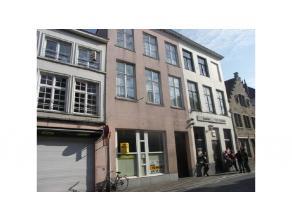 Wenst u een zaak te beginnen in het centrum van Brugge dan is deze winkelruimte met commerciele ligging in een drukke winkelstraat en dichtbevolkte bu