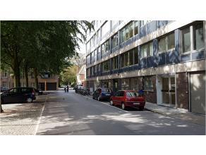 Dit ruim en lichtrijk 3-slaapkamerappartement is centraal gelegen aan het Beursplein vlakbij de vesten, de Smedenstraat, het Zand en het centrum van B
