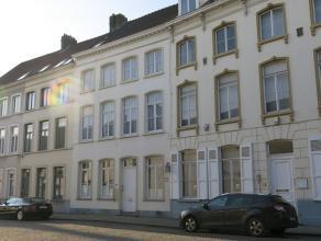 Opbrengsteigendom op topligging tussen het station en het 't Zand te Brugge. Het pand bestaat uit 3 studentenkamers of in te richten kantoor-/ praktij