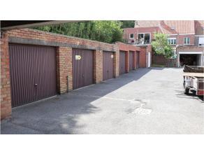 Garagebox te koop in een garagecomplex met een goede ligging in een woonwijk van Sint-Kruis Brugge. Momenteel verhuurd, dus een prima investering met