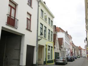 Deze zeer ruime studentenkamer op het gelijkvloers heeft een interessante en rustige ligging in het centrum van Brugge, vlakbij het Astridpark, parkin