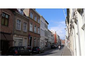 Zonnig en cozy duplexappartement te huur in het centrum Brugge = wonen in de binnenstad met alles binnen handbereik. Kleinschalig gebouw, geen bovenbu