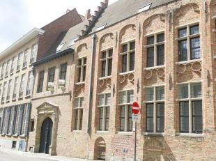 Stijlvol appartement op een prachtige ligging te koop in het historische centrum te Brugge (bj. 2014). Een unieke ligging aan de Augustijnenrei, gebou