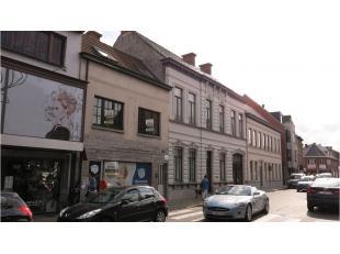 Deze handels- of bureelruimte met appartement en bouwgrond heeft een zeer centrale en uitstekende ligging in het commercieel centrum van Maldegem. Bou