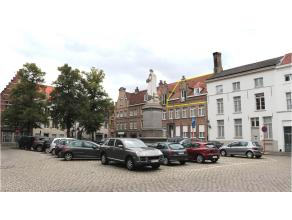 Charmant 3-slaapkamerappartement te huur pal in het centrum van Brugge. Een rustgevend zicht op de Woensdagmarkt, op wandelafstand van de Grote Markt