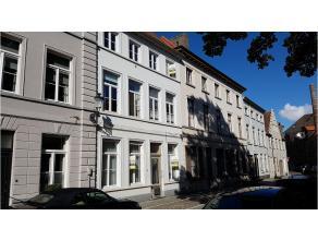 Opbrengsteigendom met 5 wooneenheden met een unieke en zeer rustige ligging in het centrum van Brugge. Deze voormalige herenwoning werd recent vernieu