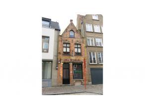 Zonnig duplex-appartement met 2 kamers en zuidgericht terras te huur in het centrum Brugge. Op 100m van de Markt en met zicht op het belfort van Brugg