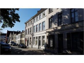 Statige en stijlvolle herenwoning met een unieke en zeer rustige ligging in het centrum van Brugge. Momenteel opgesplitst in 5 moderne wooneenheden. R