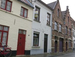 Vernieuwde stadswoning met 3 kamers en een ruim terras te huur in het centrum Brugge. Een woonst met veel pit, karakter, instapklaar en terug te vinde