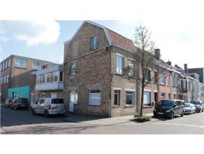 Lichtrijke hoekwoning met 2 kamers te huur in Sint-Jozef. Sint-Jozef is een wijk in de stad Brugge, gelegen net buiten de historische binnenstad. Zeer