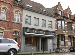 Handelspand met mogelijkheid tot woonst op een commerciele ligging in het centrum van Sint-Kruis. Vlot te bereiken via de ring van Brugge. Instapklaar