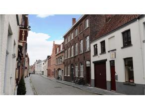 Deze opbrengsteigendom met 4 wooneenheden heeft een uitstekende ligging in het centrum van Brugge, vlakbij de Katelijnestraat en diverse winkels. Mome