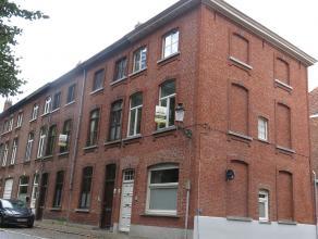 Recent vernieuwde hoekwoning met 3 kamers en dakterras te huur in de Brugse binnenstad. Efficiënt wonen met zicht op een groene omgeving. Vlakbij