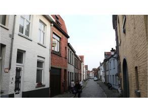 Deze bel-etage woning met 2 slaapkamers en ruime garage heeft een centrale en rustige ligging in een zijstraat van de Langestraat in het centrum van B