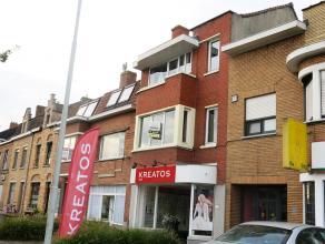Lichtrijk duplexappartement met 3 slaapkamers op een interessante ligging langs een verbindingsweg naar het centrum van Brugge en de kust. Een praktis
