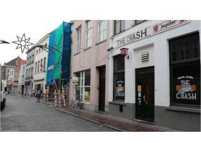 Dit ruim 2-slaapkamerappartement met een open praktische indeling heeft een interessante ligging in het centrum van Brugge, vlakbij diverse winkels en