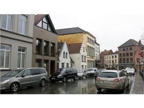 Deze instapklare handelsruimte heeft een prime ligging in het centrum van Brugge, vlakbij het Astridpark en parking 't Pandreitje.Ook uitstekend gesch