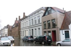 Deze instapklare kantoor- of praktijkruimte heeft een prima ligging in het centrum van Brugge, vlakbij het Astridpark en parking 't Pandreitje. Een in