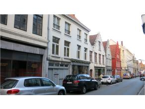 Gezellig appartement met terras op een interessante ligging in het centrum van Brugge, tussen de Markt en de Langestraat.Bestaande uit een inkom, geze
